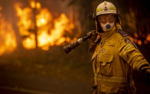 Firefighters praised in SA bushfires response report ahead of $20m funding boost