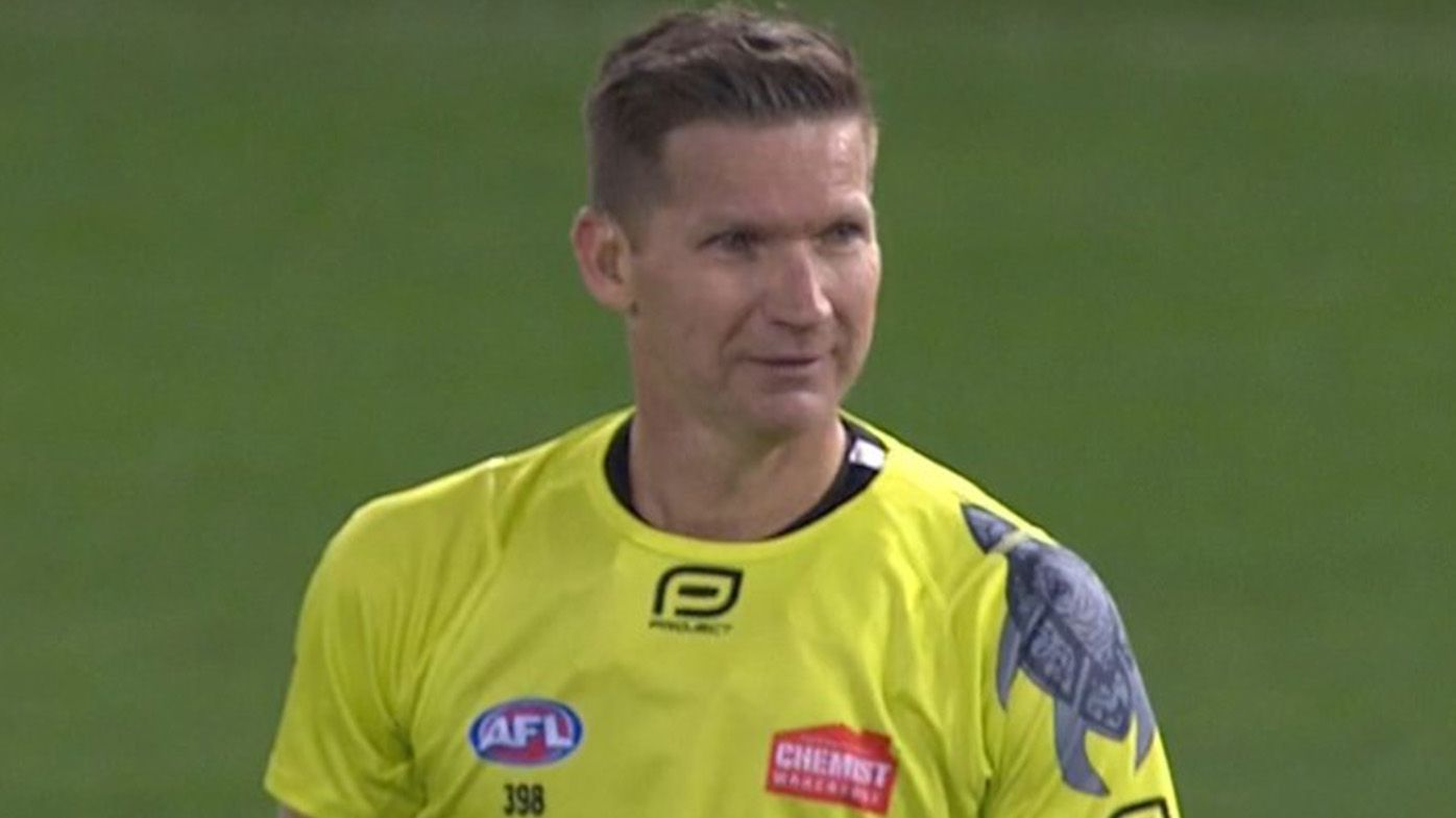 AFL umpire Simon Meredith cops 'full-blooded poleaxing' as Saints down Roos