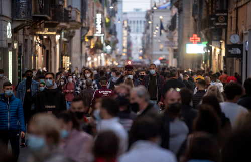 People wear protective masks with little social distance walk at Via del Corso during the lockdown imposed to contain the coronavirus pandemic on November 7, 2020 in Rome, Italy