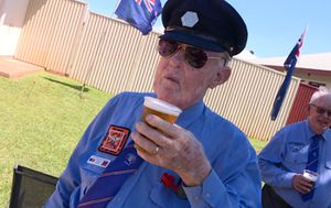 Closed Darwin pub delivers cold pints to veterans on Anzac Day