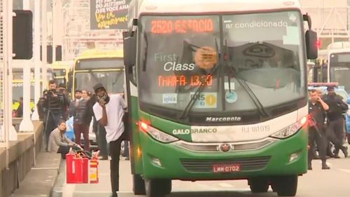 Rio police shoot dead man who hijacked bus