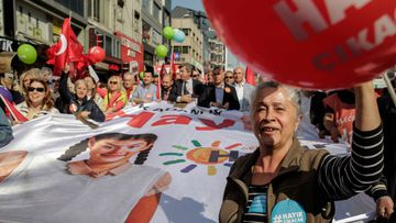 """AK Party supporters attend a """"Yes"""" rally in the Kasimpasa neighborhood of Istanbul. (AFP)"""