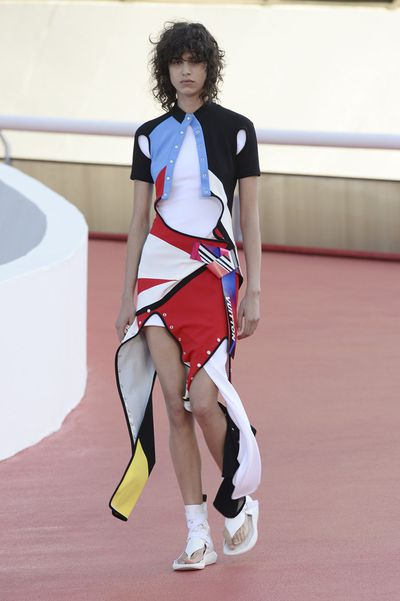 Nicolas Ghesquière  presented his Cruise 2017 collection for Louis Vuitton in Rio de Janeiro's  Museu de Arte Contemporânea over the weekend. The Oscar Niemeyer-designed building provided the perfect backdrop for a runway influenced by the colour and pattern of Brazilian Modernism.