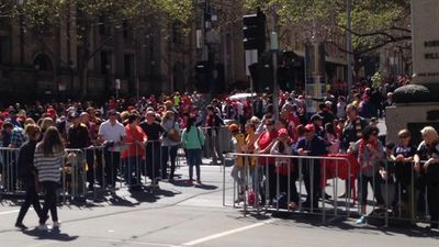 Crowds build in Melbourne's CBD ahead of the Grand Final Parade. (9NEWS)