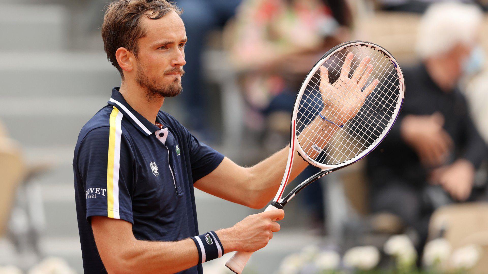 Daniil Medvedev reaches fourth round at Roland Garros