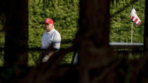Presiden Donald Trump bermain golf di Trump International Golf Club di West Palm Beach, Florida.