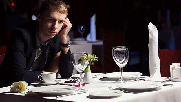 Man waiting alone in restaurant (Getty)