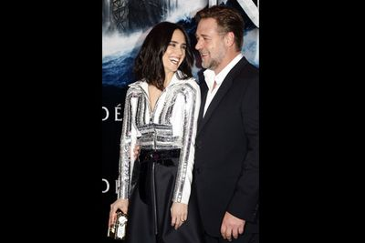 Russell and Jen get cosy at the Paris premiere.