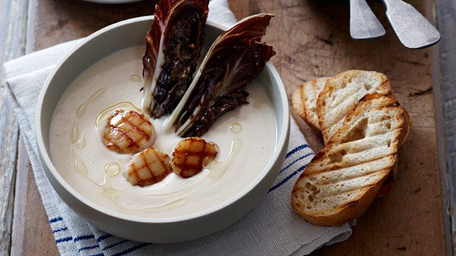Seared scallops in white bean puree