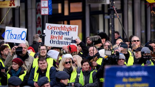 Demonstrators in yellow vests protest against the new Franco-German friendship pact.