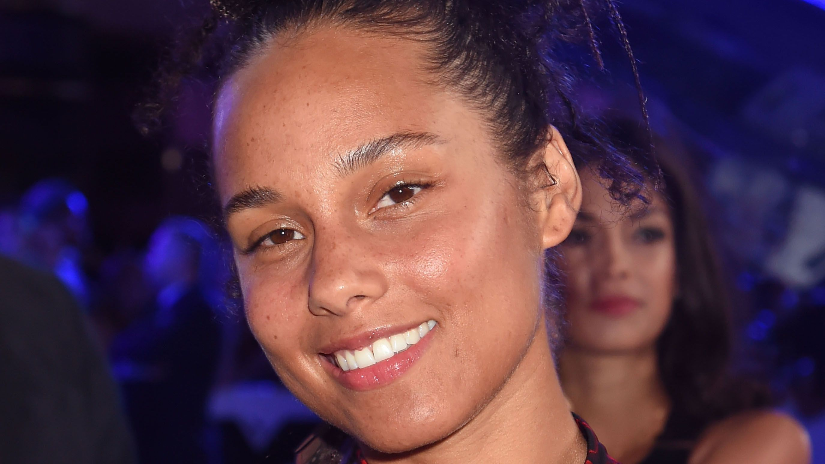 Alicia Keys goes bare-faced at the VMAs and outshines all.