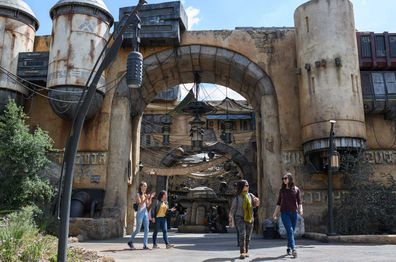 Disneyland Star Wars: Galaxy Edge - tourists experiencing Marketplace