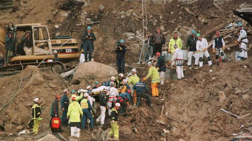 Rescuers carry Stuart Diver from the site of the Thredbo landslide.