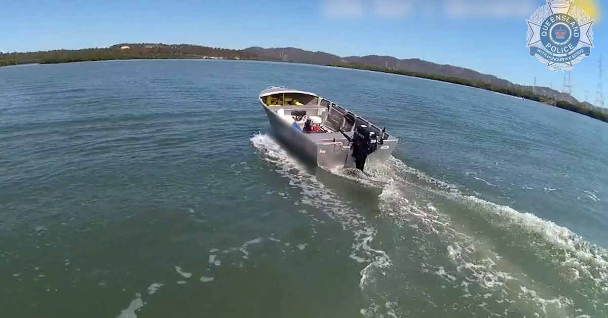 Daring police officer leaps into runaway boat on Queensland river – 9News