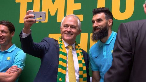 Malcolm Turnbull snaps a selfie with Mile Jedinak. (9NEWS)