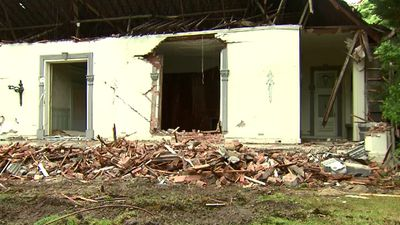 The preserved features of the home now lay in pieces on the front lawn of the Toorak mansion. (9NEWS)