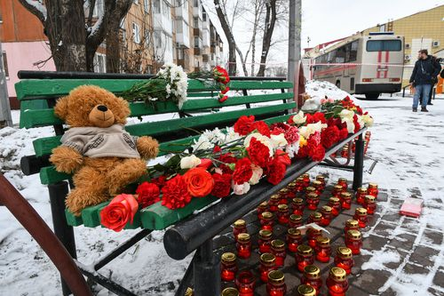 Kemerovo residents paid tribute to the victims with flowers, candles and stuffed animals. (AAP)