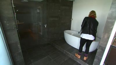 Trying it on for size? Even the bath has million-dollar views. (9NEWS)