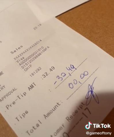 Man leaves negative tip to waiter, divides TikTok