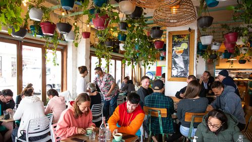 A busy Little jack horner cafe in Coogee. Reopening of retail, cafes and hairdressers in Coogee. Story by Anna Patty. 11th oct 2021. Photo: Edwina Pickles / SMH