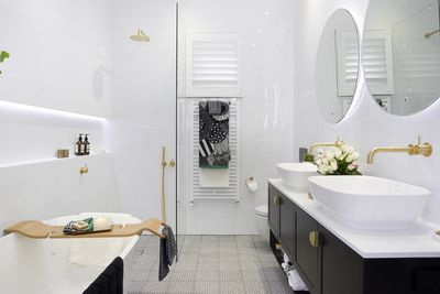 The room includes underfloor heating and a hydraulic towel-rail.