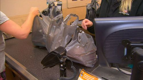 Major supermarkets, including Woolworths and Coles, have shunned single-use bags. (9NEWS)