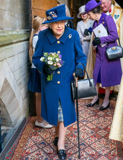 Queen uses walking cane at Westminster Abbey, October