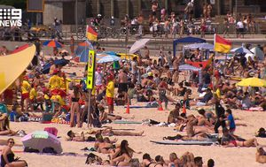 Thousands flock to Sydney beaches as temperatures rise above 30C, raising concerns about social distancing