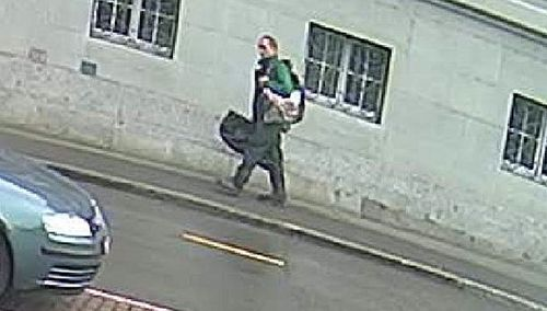 The suspect carrying a holdall that Swiss police think contained the chainsaw. (Photo: Schaffhausen police).