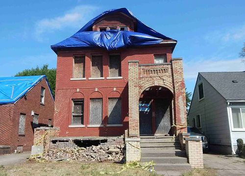 This six-bedroom home is on sale for A$1500, but it is in a dreadful state.