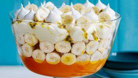 Banana pavlova trifle