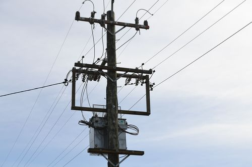 Australian households are saving between 28 to 32 percent on their power bills. (AAP)