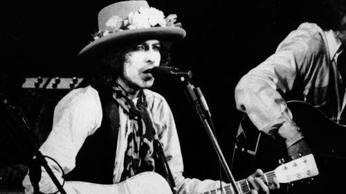 Bob Dylan performs 'Hurricane' at Madison Square Gardens in 1975. (Getty)