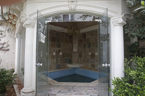 The jacuzzi in the mansion of Mexican Chinese businessman Zhenli Ye Gon.