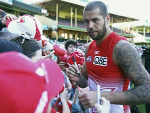 Lance Franklin signs autographs after training at the MCG. (Getty)
