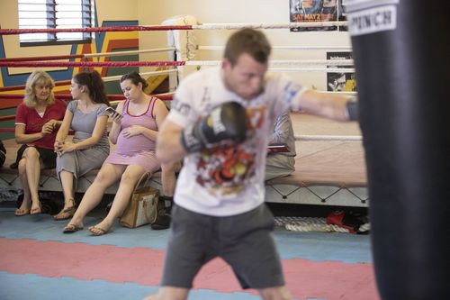 A heavily pregnant Jo watches on as Jeff Horn works in his final training session. (AAP)