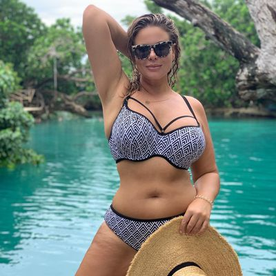 Former 'The Biggest Loser' star Fiona Falkiner shows off her curbes