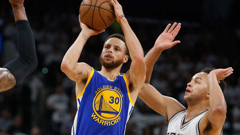 Steph Curry scored 21 points to help the Warriors sink the Spurs. (AAP)