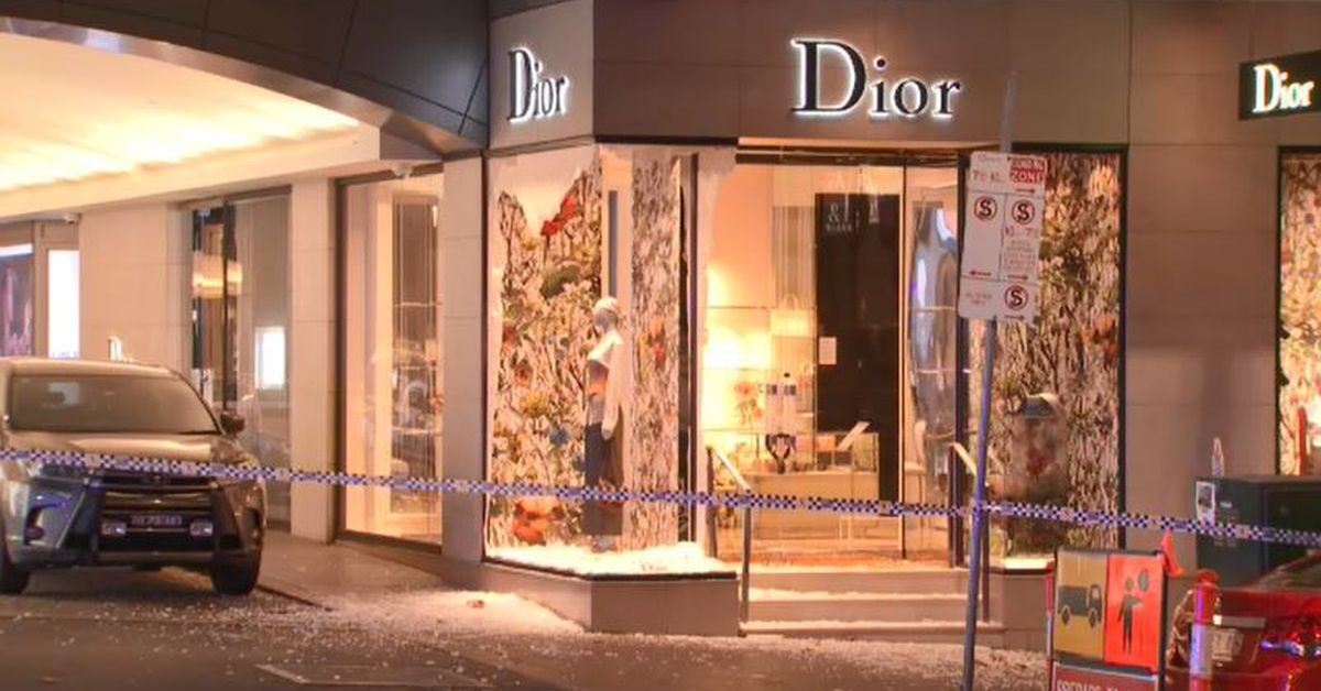 Dior store in Melbourne's CBD ram-raided by thieves in balaclavas – 9News