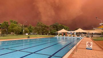 Dust storm engulfs Condobolin Swimming Pool in NSW.