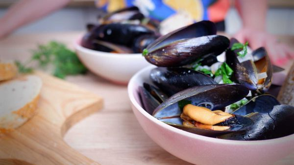 9Honey Every Day Kitchen: Mussels in white wine and cream only take ten minutes