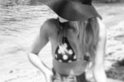 Taking a well-deserved day off, Sammi Jade heads down to the beach. Extra points for the floppy hat...