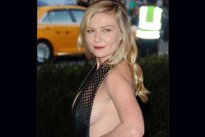 Kirsten Dunst had an extreme case of sideboob as she stepped onto the MET Gala red carpet.