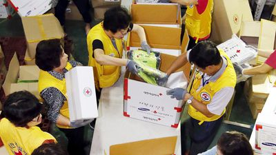 Emergency volunteers prepare relief packs for those who might be displaced by the storm. (AAP)