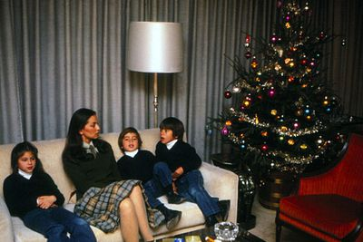 Enrique Iglesias (far right) was clearly excited to be spending his fifth Christmas with his family in Madrid (sadly, sans dad Julio...unless he took the pic).