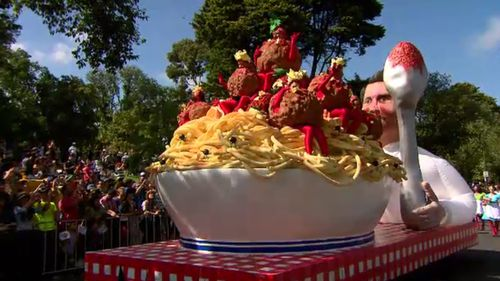 A delicious spaghetti and meatballs float moved down St Kilda Road. (9NEWS)