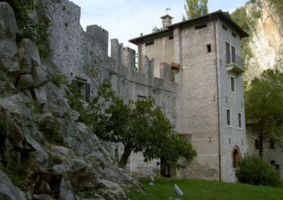 "<a href=""https://www.airbnb.com.au/rooms/1761697"" target=""_blank"">An affordable castle option</a>"