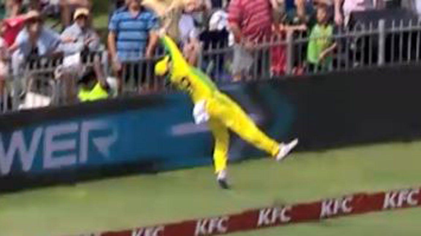 'Astonishing' Steve Smith fielding denies Quinton de Kock six in second AUS-SA T20