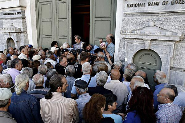 Greek pensioners queue outside the Bank of Greece. (AFP)
