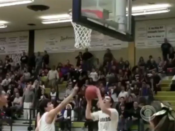 Basketballer's heart-warming act of sportsmanship